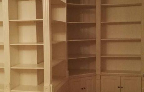 drewniana biblioteka - zdobione pilastry