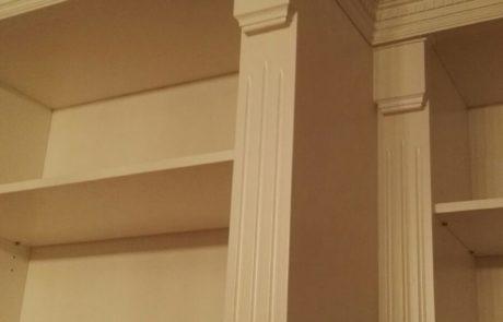 drewniana biblioteka - zdobione pilastry, listwy przysufitowe