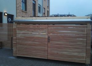 Drewniana wiata śmietnikowa