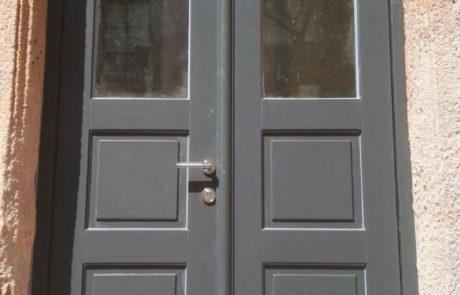 Antracytowe drzwi wejściowe z modrzewia