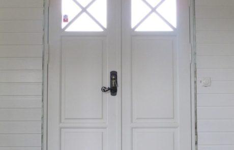 Rustykalne modrzewiowe dwuskrzydłowe drzwi wejściowe