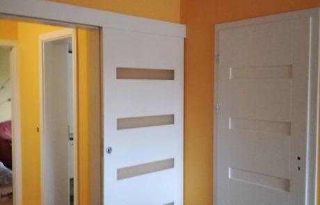 Sosnowe drzwi wewnętrzne skrzydłowe i przesuwne