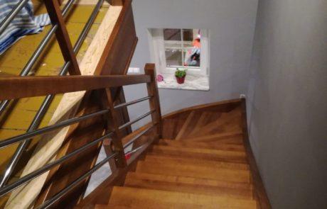 Jesionowe schody ażurowe zabiegowe