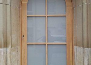 Drewniane drzwi łukowe wejściowe