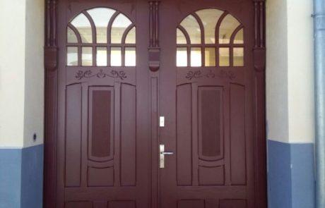 Modrzewiowe drzwi dwuskrzydłowe do klatki schodowej