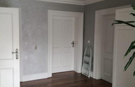 Białe drzwi pokojowe z drewna litego