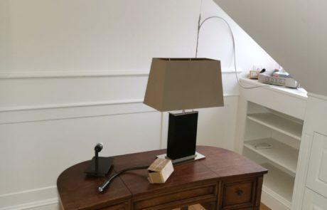 Garderoba i meble biurowe na poddaszu