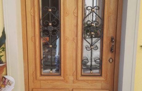 Rustykalne modrzewiowe drzwi wejściowe