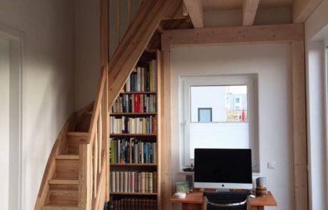 Wąskie schody jesionowe z regałem na książki