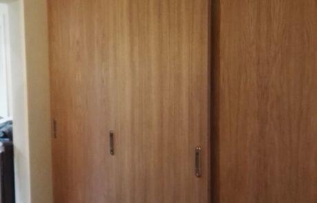 Dębowa garderoba z frontami przesuwnymi