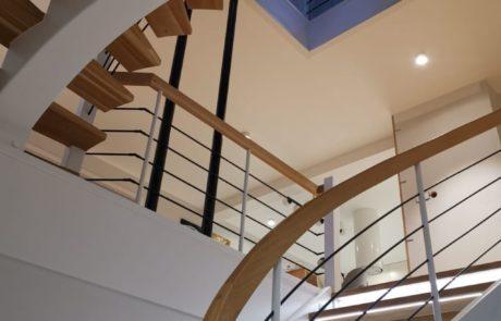 Dębowe schody gięte z oświetleniem LED