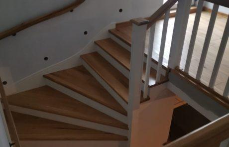Drewniane schody z balustradami na schody betonowe