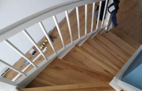 Drewniane schody policzkowe ażurowe